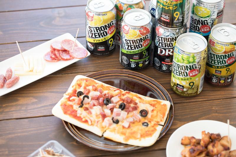 缶チューハイとピザやつまみ類